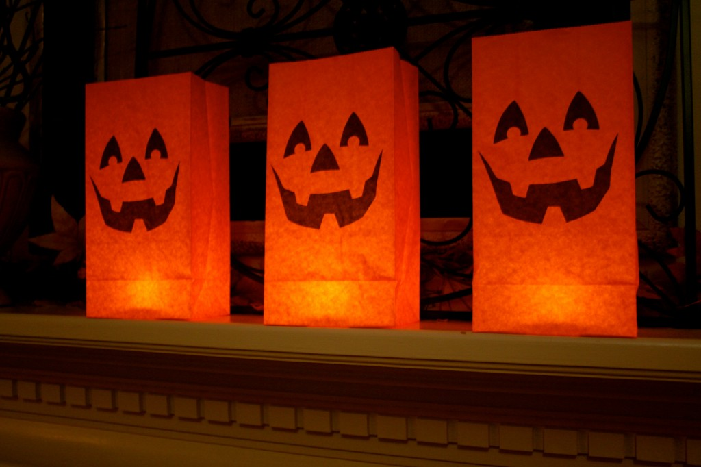 Fun and easy Halloween Spooky Mantel.