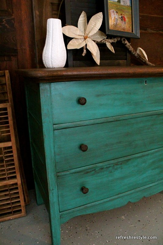 Debbie Paired A Dark Walnut Top With Rich Emerald Green Paint She Used Annie Sloan Chalk In The Color Florence Plus Wax To Really Bring Out