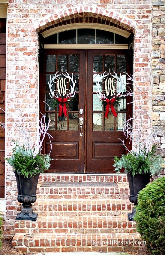 Christmas Door Wreaths at refreshrestyle.com