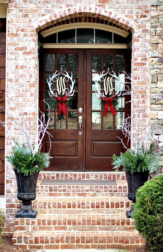 Christmas-Door-Wreaths-at-refreshrestyle.com_