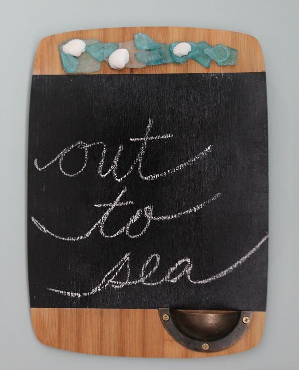 Cutting board transformed in to a chalk board at refreshrestyle.com