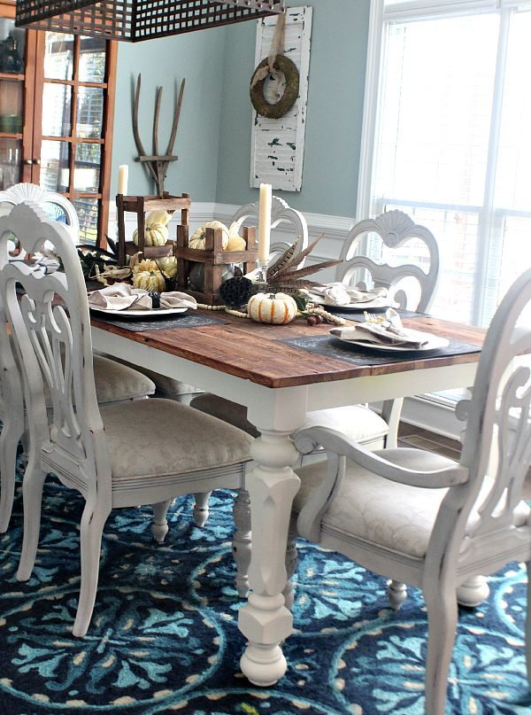 Fall Dining Room Blue walls and blue rug with neutral tablescape refreshrestyle.com