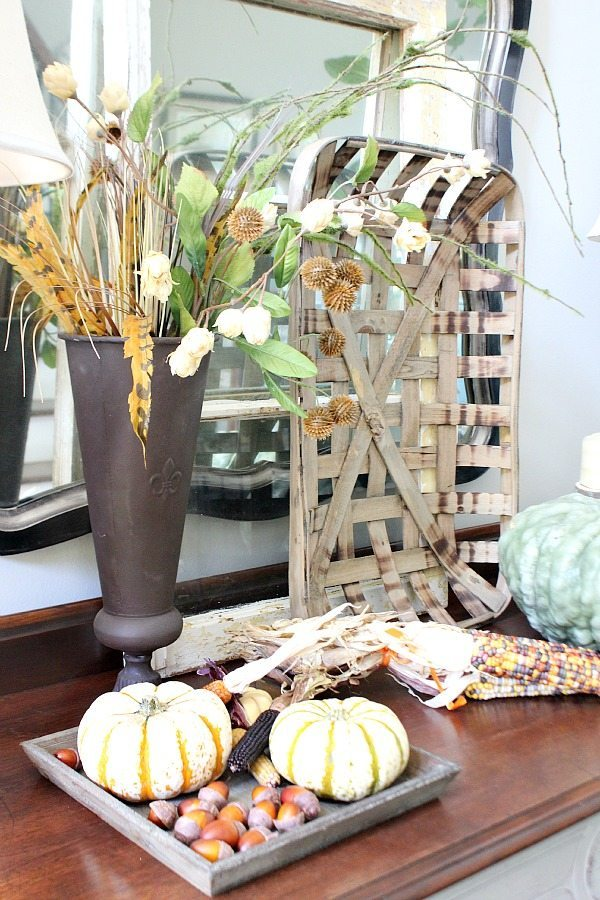 Farm house inspired fall entry decor ideas from refreshrestyle.com