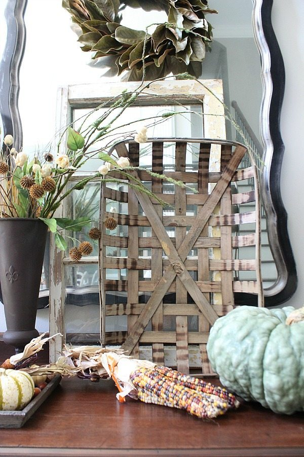 Farmhouse fall decor and more at refreshrestyle.com