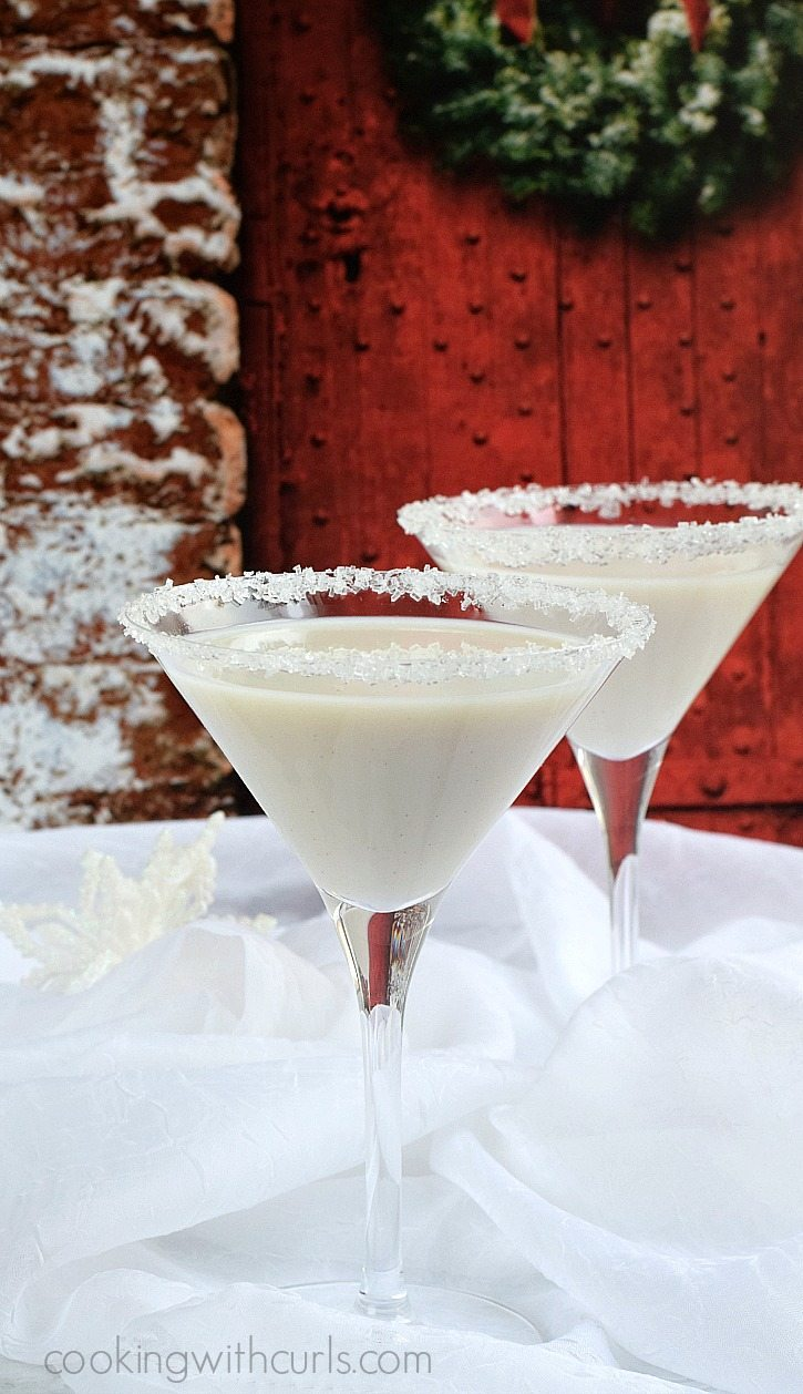 Celebrate-the-season-with-a-creamy-Snowflake-Martini-cookingwithcurls.com_