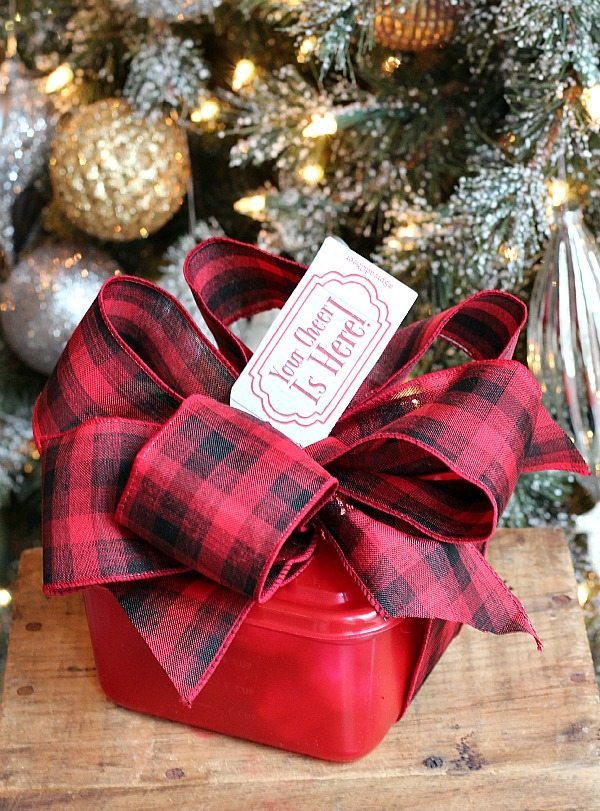 Christmas Ziploc containers topped with bows make a great gift for Christmas