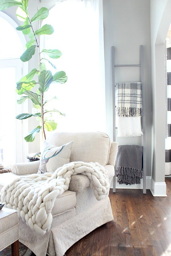 How to make a blanket a ladder. Perfect for the throw lover like me!