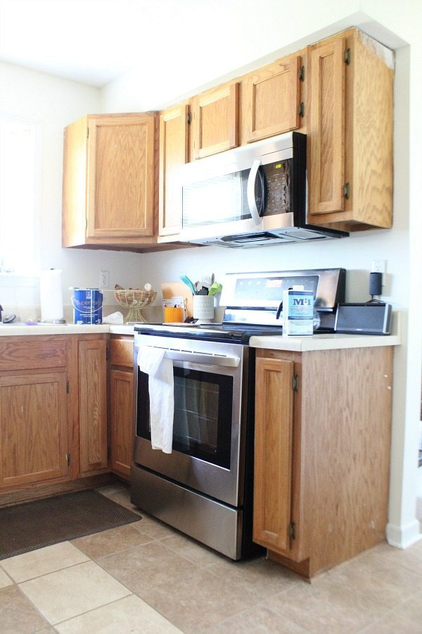 Cottage Kitchen - Kitchen cabinet - how to paint - color SW Dover White