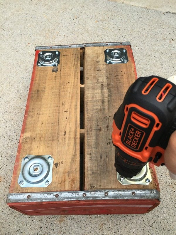 Attaching straight top plates for legs - make a vintage Coke Crate Table at refreshrestyle.com