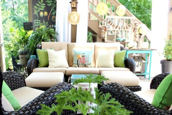 Awesome area for outdoor entertaining decorated with colors from nature at Refresh Restyle