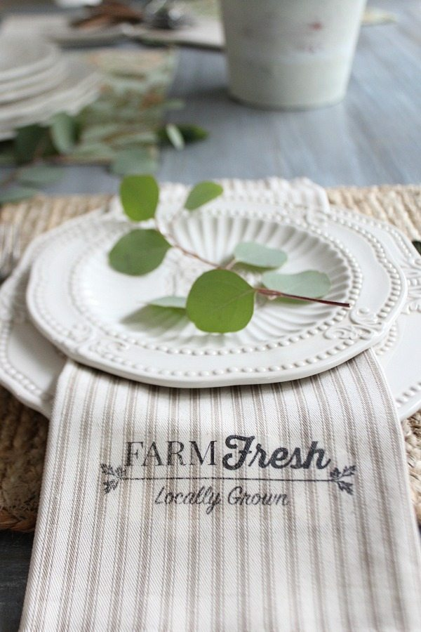 Farm Fresh napkins get the farmhouse look with just 1 yard of fabric and this free printable
