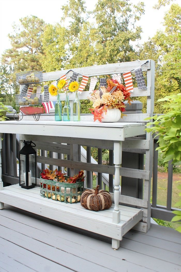 bar-made-from-a-pallet-perfect-for-outdoor-entertaining