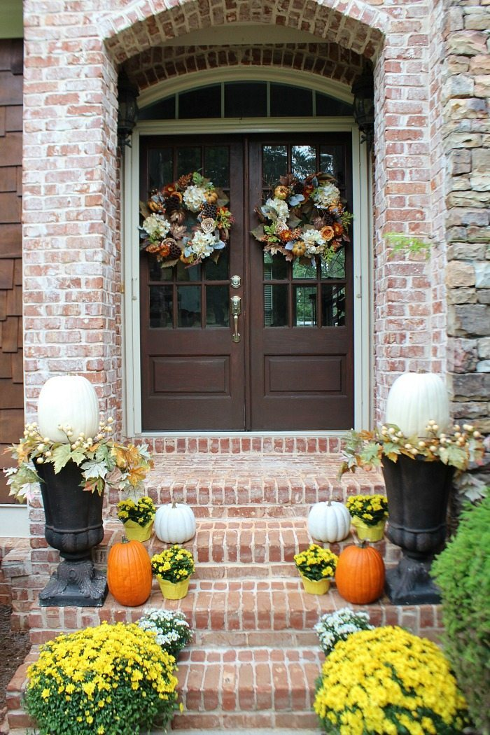 mums-and-pumpkins-fall-front-door-idea-at-refresh-restyle