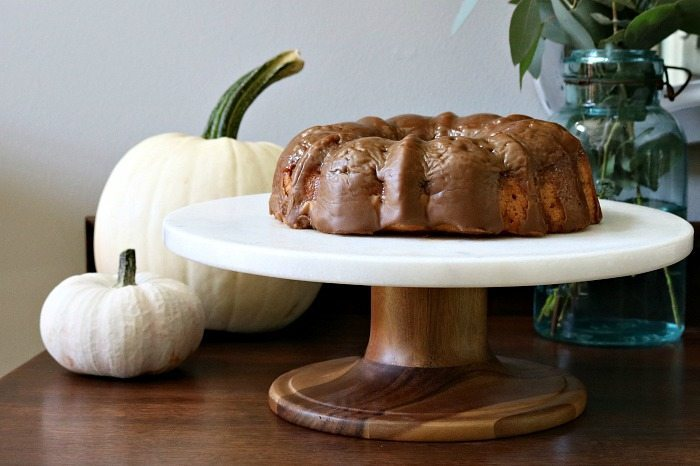 spice-cake-served-on-a-marble-and-wood-cake-stand