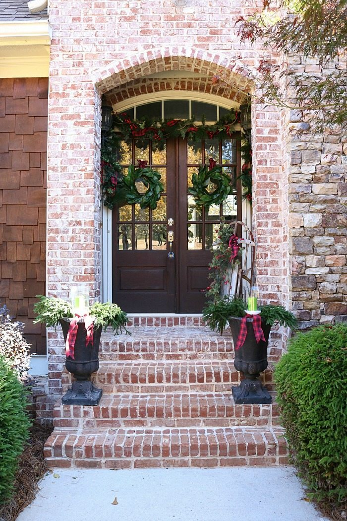 plaid-and-magnolias-make-a-beautiful-christmas-porch-idea