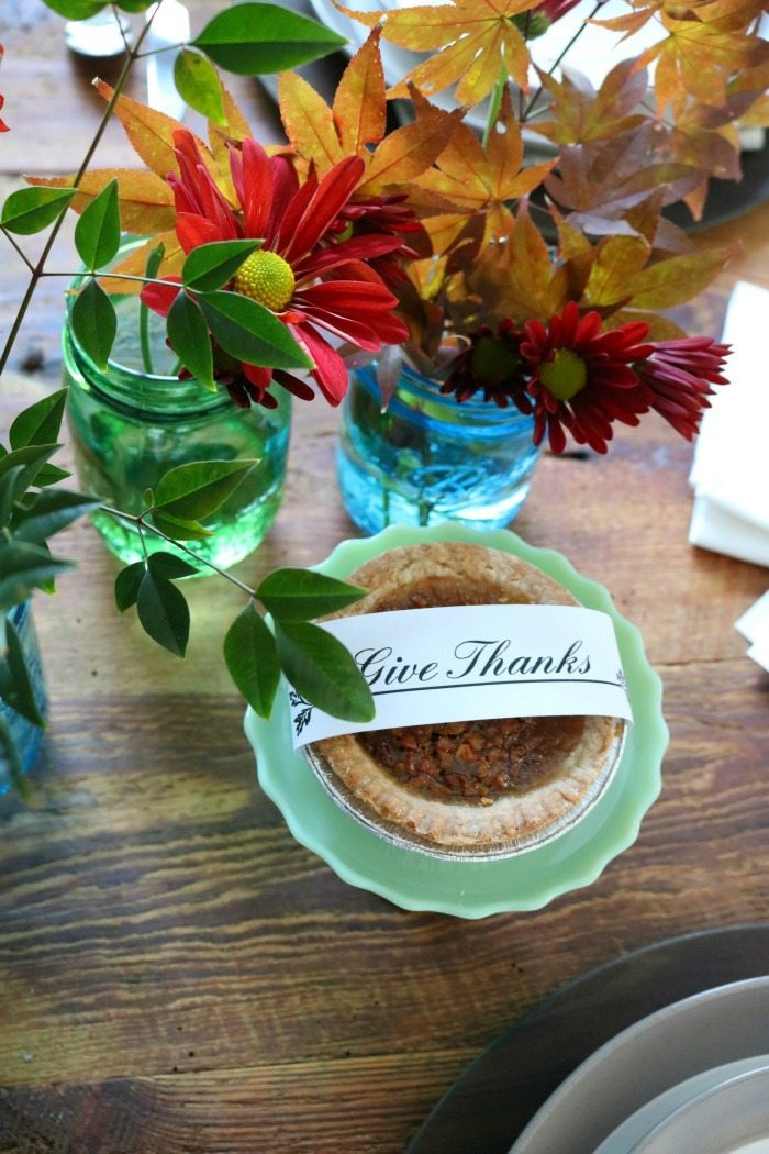 thanksgiving-centerpiece-with-blue-mason-jars-and-mums