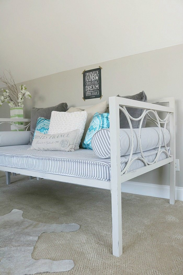how-to-paint-a-metal-daybed-with-chalk-paint
