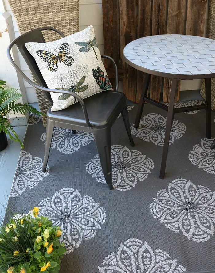 Outdoor rugs in neutral colors look great on the farmhouse porch