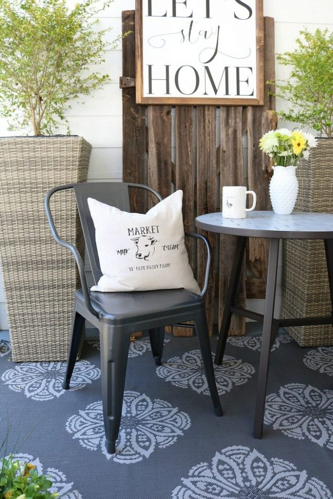 Perfect fabric stencil idea to create this farmhouse pillow cover