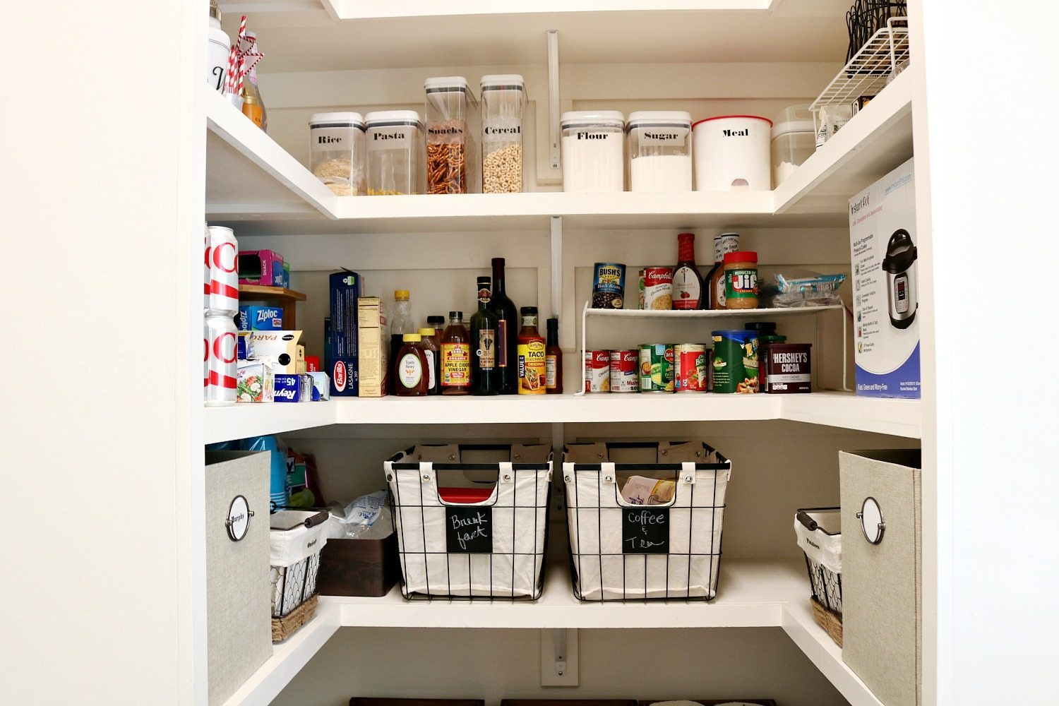Chalkboard labels make it easy to keep the pantry organized