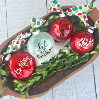 Great idea for Christmas ornaments with glitter and vinyl